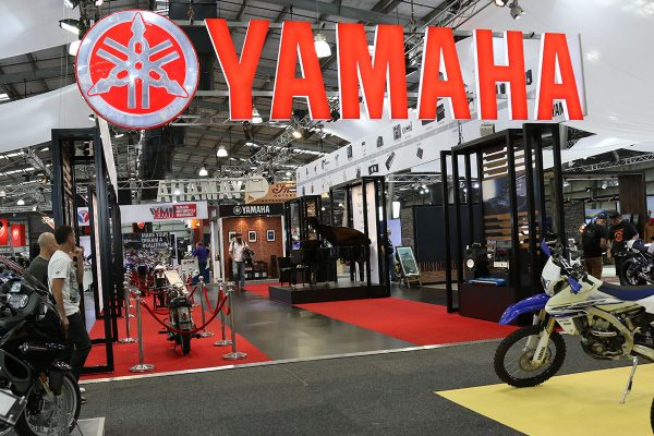 Viral: Yamaha display and stand theme